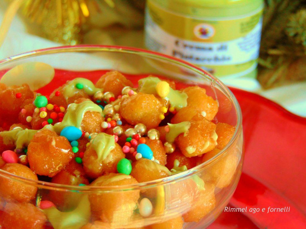 Struffoli con crema di pistacchio